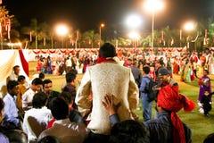 Vadodara, India - 20 juli 2018: verzorg het ingaan van huwelijkstrefpunt in traditionele kleding tijdens rijke die viering door f stock afbeelding