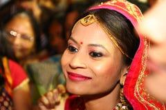 Vadodara, India - 20 2018 Lipiec: zamyka w górę portreta młoda uśmiechnięta indyjska panna młoda podczas tradycyjnego ślubnego św zdjęcia royalty free