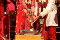 Vadodara, Indien - 20. Juli 2018: Moment während der Feier der traditionellen üppigen indischen Hochzeit mit hindischem Priester  stockfoto