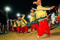 Vadodara, la India - 20 de octubre de 2018: los hombres y las mujeres en vestidos indios tradicionales bailan garba durante festi fotografía de archivo