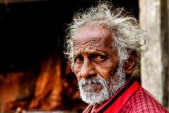 Vadodara, am 30. September 2018: Abschluss herauf Porträt Headshot alten indischen ermit sadhu mit traurigen roten Augen und dem  lizenzfreie stockfotografie