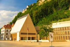 Vaduz - le parlement de la Liechtenstein et du château Photographie stock libre de droits