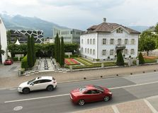 Vaduz Liechtenstein - Juni 02, 2017: Bilar på gatorna av Vad Royaltyfri Foto