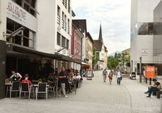 Vaduz Liechtenstein - Juni 02, 2017: Folk i mitten av Va Arkivfoton