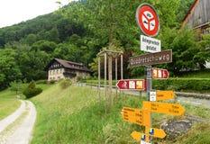Vaduz Liechtenstein - Juni 02, 2017: Tecken på vägen nära tarmkanal Arkivfoton