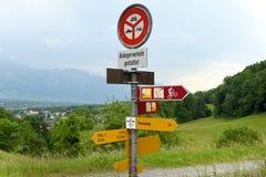 Vaduz Liechtenstein - Juni 02, 2017: Tecken på vägen nära tarmkanal Arkivfoto