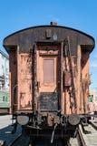 Vagão de estrada de ferro oxidado velho do passageiro com descascamento da pintura foto de stock royalty free