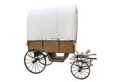 Vagão de madeira da caravana da pradaria do vintage com a tampa branca isolada no fundo branco fotos de stock royalty free