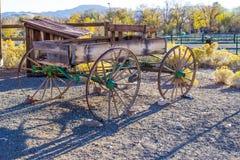 Vagão de madeira retro do vintage no amanhecer Imagem de Stock