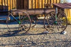 Vagão de madeira simples do vintage no amanhecer Foto de Stock