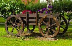 Vagão de madeira velho com flores Decoração rústica Trole decorativo no estilo retro Fotos de Stock Royalty Free