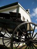 Vagão e escola de Amish fotografia de stock royalty free