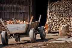 Vagão em um fundo uma casa com firewoods Foto de Stock Royalty Free
