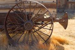 Vagão resistido velho com roda oxidada Imagens de Stock