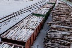 Vagões carregados Pilha da madeira Paisagem urbana fotos de stock