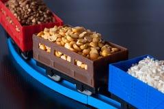 Vagões com grão das ervilhas, do arroz e do trigo mourisco foto de stock royalty free