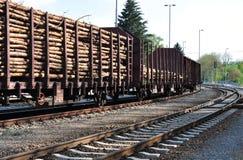 Vagões com madeira à estação fotografia de stock