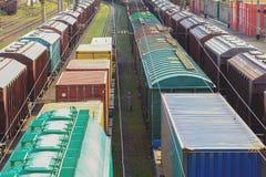Vagões de estrada de ferro com carga do metal e da grão no porto de Odessa fotos de stock royalty free