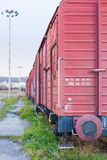 Vagões do frete em um tapume railway imagem de stock royalty free
