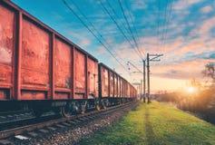Vagões e trem vermelhos da carga na estação de trem fotografia de stock