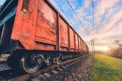 Vagões e trem vermelhos da carga na estação de trem imagem de stock royalty free