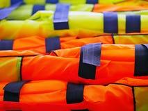 Vagabonds abstraits de gilets de sauvetage de pêche colorés et brillants images libres de droits