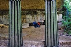 Vagabund, der unter Brücke, der Park des Regenten, London schläft Stockfotografie