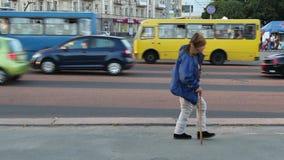 Vagabundo do rastejamento na rua, pobre que anda na frente dos carros ricos video estoque