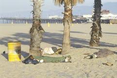 Vagabundo que duerme en la playa de Venecia, California Imagenes de archivo