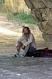 Vagabundo que se sienta debajo del puente de Triana en Sevilla 3 imágenes de archivo libres de regalías