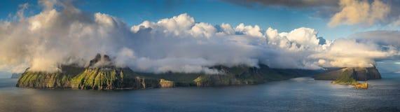 Vagar under moln arkivbilder