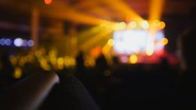 Vage achtergrond - de menigte van silhouet van mensen die bij het overleg dansen stock fotografie