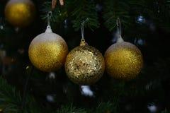 Vage Achtergrond: Kerstmisbal met groene vage achtergrond Stock Fotografie