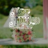 Vage achtergrond met huwelijksboeket en bruid en bruidegom Stock Afbeelding