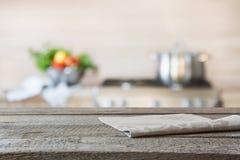 Vage achtergrond Moderne keuken met leeg houten tafelblad en ruimte voor u royalty-vrije stock afbeeldingen