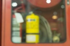 Vage achtergrond van brandblusapparaten met paardspoel in doos van het lagre de rode metaal vast op een muur stock afbeeldingen