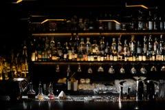 Vage achtergrond van donkere bar met barmanhoofdzaak Royalty-vrije Stock Foto's