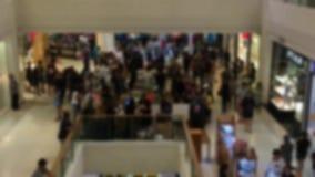 vage achtergrond van mensen die en binnen de wandelgalerij lopen winkelen stock footage