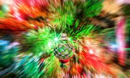 Vage achtergrond van verlicht nieuw jaar glazig stuk speelgoed royalty-vrije stock fotografie