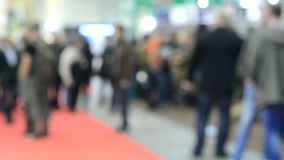 Vage Achtergrond Vele mensengang binnen de opslag van de wandelgalerijtentoonstelling stock videobeelden