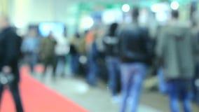 Vage Achtergrond Vele mensengang binnen de opslag van de wandelgalerijtentoonstelling stock video