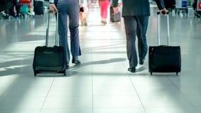 Vage achterkant van de 2 bedrijfsmens die in luchthaventerminal lopen met gloed lichteffect en exemplaarruimte stock afbeeldingen