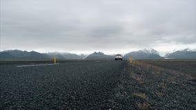 Vage auto op de bergweg stock video