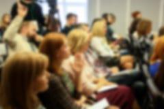 Vage bedrijfsseminarievergadering in de conferentiezaal Volledig huis stock foto's