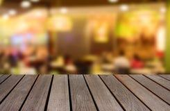 Vage beeld houten lijst en abstract restaurant met abstracte B Stock Foto's