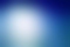 Vage blauwe achtergrond met witte bewolkte centrumvlek en het donkere ontwerp van de gradiënt blauwe grens Royalty-vrije Stock Afbeeldingen