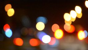 Vage de nachtachtergrond van de achtergrondauto'srit bokeh stock video