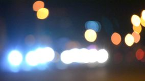 Vage de nachtachtergrond van de achtergrondauto'srit bokeh stock videobeelden