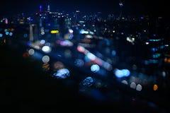 Vage dramatische nachtmening van stad met samenvatting van leiden, neonlichten en mooie bokeh Royalty-vrije Stock Foto