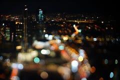 Vage dramatische nachtmening van stad met samenvatting van leiden, neonlichten en mooie bokeh Royalty-vrije Stock Afbeeldingen